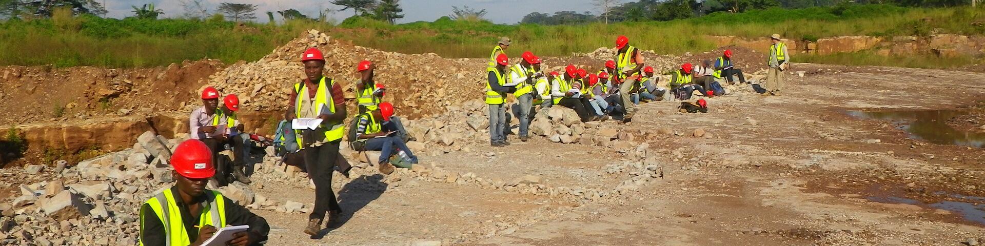 Étudiants effectuant des relevés pour la carte géologique, République du Congo