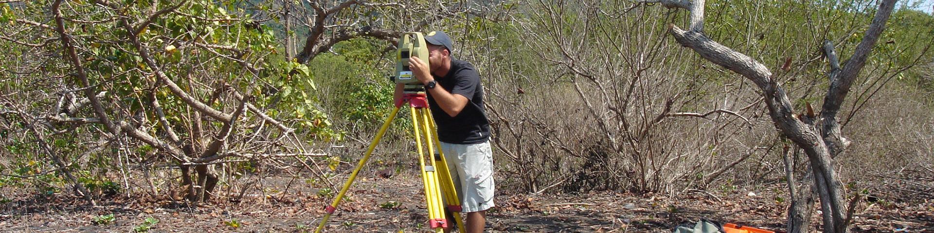 Levé topographique dans la mangrove, Mayotte