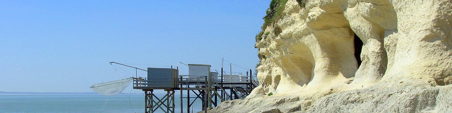 Les grottes de la falaise sont des cavités karstiques dont le calcaire d'âge Crétacé supérieur a été exploité en carrière souterraines, Charente-Maritime