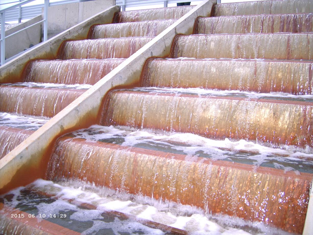 Cascades with hollow steps that improve aeration and the precipitation of iron particles