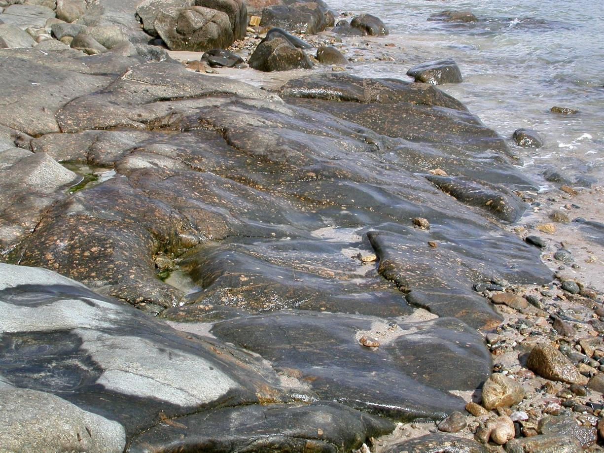 The oldest rocks in France exposed on the Pors-Raden shore